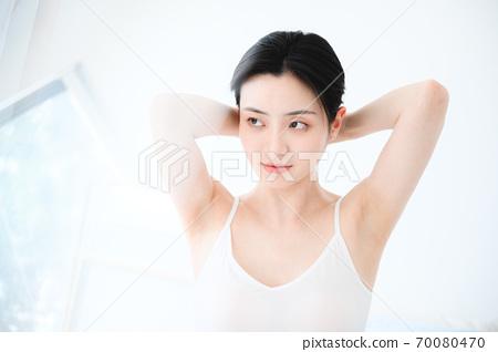 年轻漂亮的东方年轻女性居家生活日常 70080470