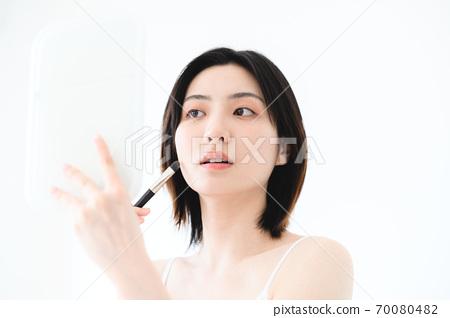 年轻漂亮的东方年轻女性居家生活日常 70080482