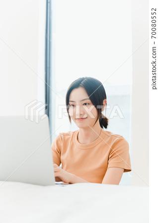 年轻漂亮的东方年轻女性居家生活日常 70080552