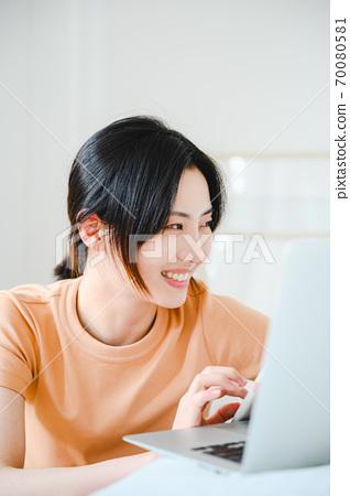 年轻漂亮的东方年轻女性居家生活日常 70080581