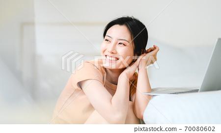 年轻漂亮的东方年轻女性居家生活日常 70080602