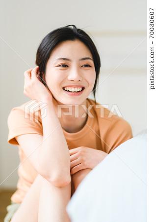 年轻漂亮的东方年轻女性居家生活日常 70080607