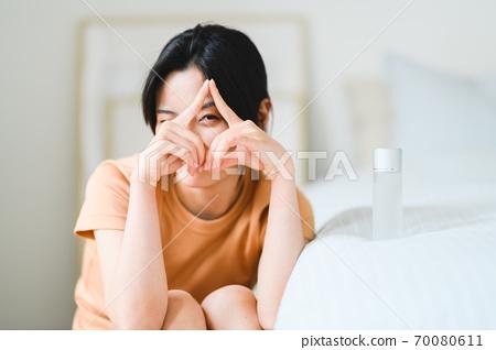 年轻漂亮的东方年轻女性居家生活日常 70080611
