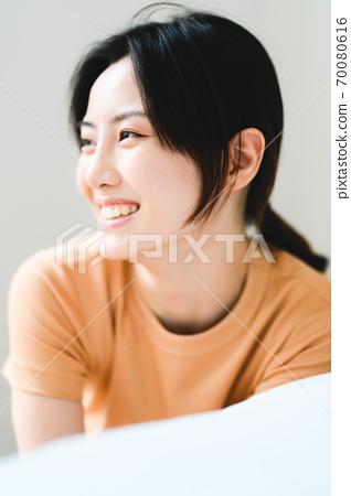 年轻漂亮的东方年轻女性居家生活日常 70080616