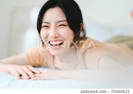 年轻漂亮的东方年轻女性居家生活日常 70080625