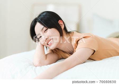 年轻漂亮的东方年轻女性居家生活日常 70080630