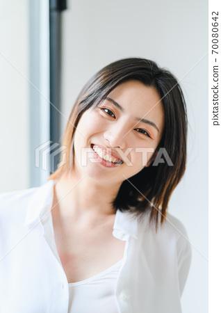 年轻漂亮的东方年轻女性居家生活日常 70080642