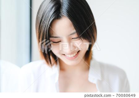 年轻漂亮的东方年轻女性居家生活日常 70080649
