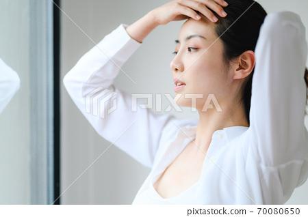 年轻漂亮的东方年轻女性居家生活日常 70080650