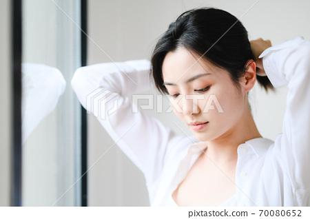 年轻漂亮的东方年轻女性居家生活日常 70080652