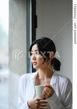 年轻漂亮的东方年轻女性居家生活日常 70080661