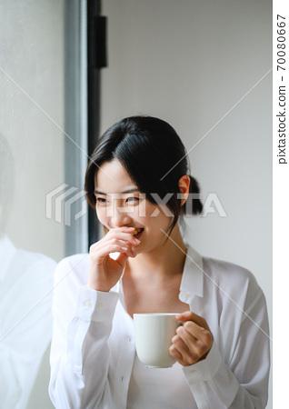 年轻漂亮的东方年轻女性居家生活日常 70080667