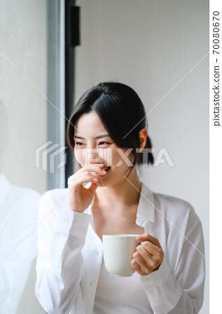 年轻漂亮的东方年轻女性居家生活日常 70080670