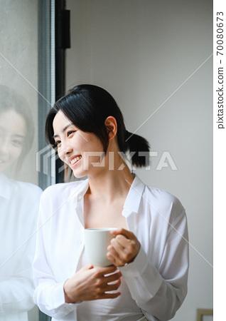 年轻漂亮的东方年轻女性居家生活日常 70080673