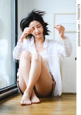 年輕漂亮的東方年輕女性居家生活日常 70080679
