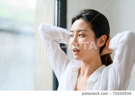 집에서 매일 젊은 아름다운 동양 젊은 여성 70080686