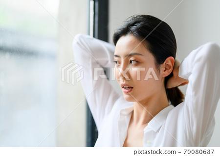 年轻漂亮的东方年轻女性居家生活日常 70080687