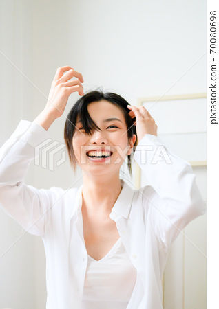 年轻漂亮的东方年轻女性居家生活日常 70080698