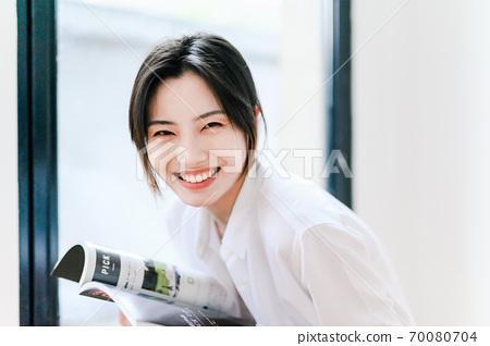 年轻漂亮的东方年轻女性居家生活日常 70080704