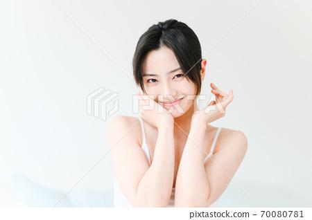 年轻漂亮的东方年轻女性居家生活日常 70080781