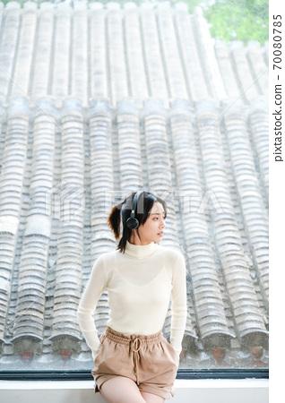 집에서 매일 젊은 아름다운 동양 젊은 여성 70080785