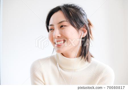 年轻漂亮的东方年轻女性居家生活日常 70080817