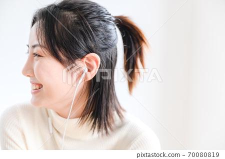 年轻漂亮的东方年轻女性居家生活日常 70080819