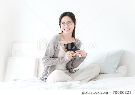 年轻漂亮的东方年轻女性居家生活日常 70080822