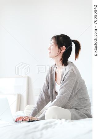年轻漂亮的东方年轻女性居家生活日常 70080842