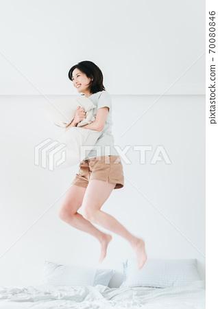 年轻漂亮的东方年轻女性居家生活日常 70080846
