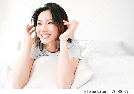 年轻漂亮的东方年轻女性居家生活日常 70080855
