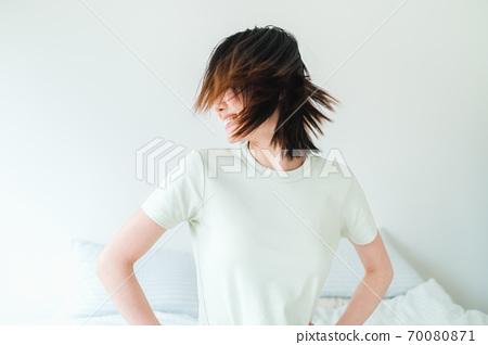年轻漂亮的东方年轻女性居家生活日常 70080871