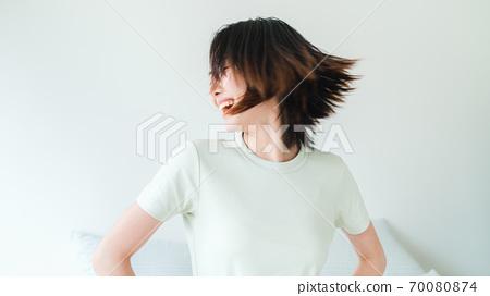 年轻漂亮的东方年轻女性居家生活日常 70080874