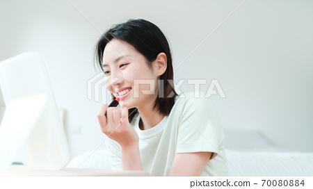 年轻漂亮的东方年轻女性居家生活日常 70080884