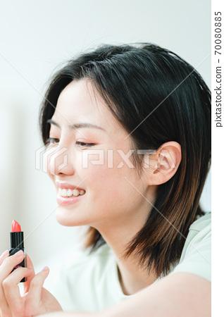 집에서 매일 젊은 아름다운 동양 젊은 여성 70080885