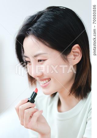 年轻漂亮的东方年轻女性居家生活日常 70080886