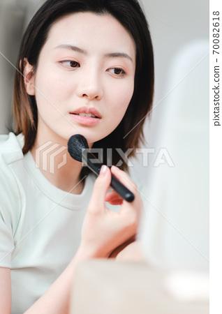 年轻漂亮的东方年轻女性居家生活日常 70082618