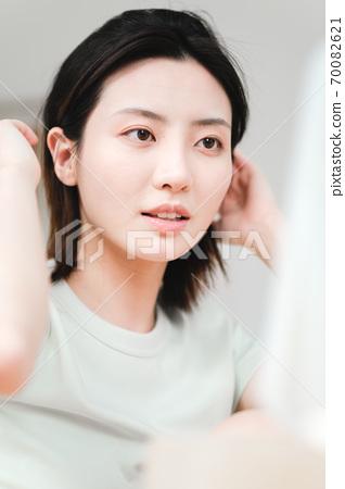 年轻漂亮的东方年轻女性居家生活日常 70082621