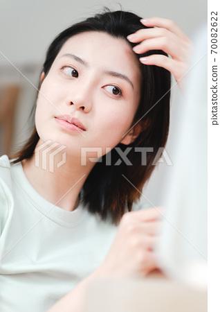 年轻漂亮的东方年轻女性居家生活日常 70082622