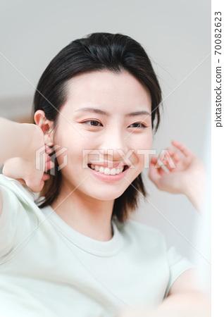 年輕漂亮的東方年輕女性居家生活日常 70082623