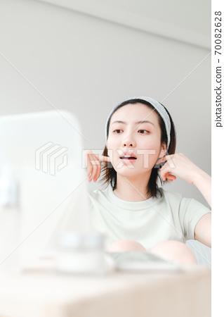 年轻漂亮的东方年轻女性居家生活日常 70082628