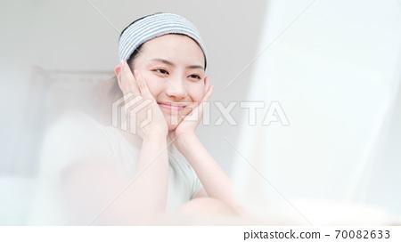 年轻漂亮的东方年轻女性居家生活日常 70082633