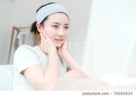 年轻漂亮的东方年轻女性居家生活日常 70082634