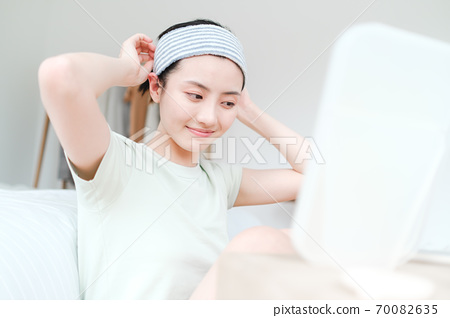 年轻漂亮的东方年轻女性居家生活日常 70082635