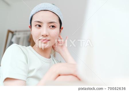 年轻漂亮的东方年轻女性居家生活日常 70082636