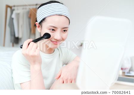 年轻漂亮的东方年轻女性居家生活日常 70082641