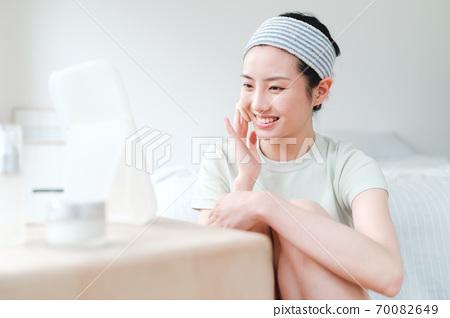 年轻漂亮的东方年轻女性居家生活日常 70082649