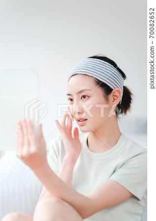 年轻漂亮的东方年轻女性居家生活日常 70082652