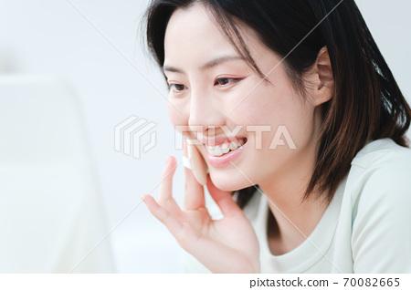 年輕漂亮的東方年輕女性居家生活日常 70082665