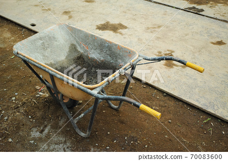 在施工現場使用過的空的獨輪車 70083600